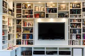 bücherregal in weiss mit integriertem tv tischlerei lohse