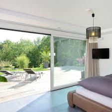schlafzimmer im bungalow mit bodentiefen fenstern