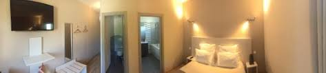 chambre avec baignoire balnéo photo de hôtel les petits