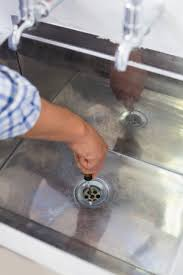 nahaufnahme eines klempner hände und waschbecken