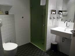 badezimmer mit grün gefliester dusche picture of mercure