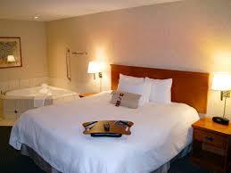 hotel avec bain a remous dans la chambre hôtels à calgary alberta hôtel hton inn suites calgary
