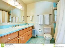 altes antikes badezimmer mit blauen fliesen stockbild
