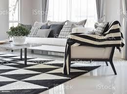 moderne wohnzimmer interieur mit schwarz weiß karomuster kissen und teppich stockfoto und mehr bilder behaglich