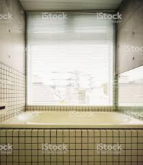 modernes japanisches badezimmer mit grossem fenster und beton wand stockfoto und mehr bilder 2015
