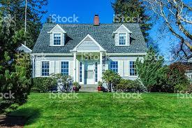 Style Home by 古風なケープコッドスタイルの家 ストックフォト 写真素材 516105688