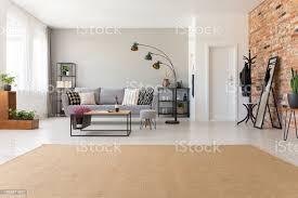 beige teppich im modernen wohnzimmer interieur mit industriellen möbel und ziegel wand echtes foto mit textfreiraum stockfoto und mehr bilder