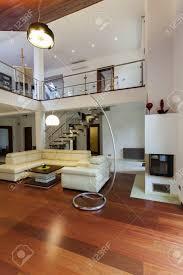 blick auf den geräumigen wohnzimmer und der galerie