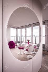 foto modernen hellen wohnzimmer mit großen spiegel
