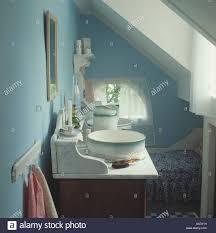 antiker marmor waschtisch und schüssel in blauen
