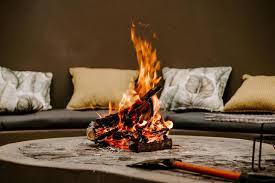 feuer brennt in der feuerstelle mit einer axt 1433136 stock foto