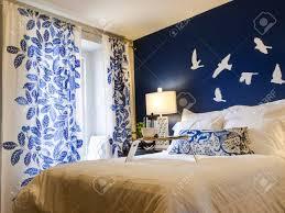 modernes schlafzimmer mit blauen wand und weiße bettwäsche