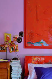rotes gemälde an lila wand in bild kaufen 12312524