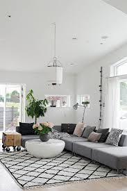 graues sofa auf teppich mit rautenmuster bild kaufen