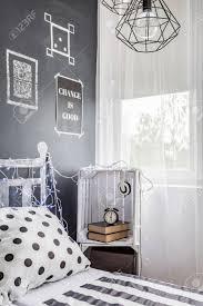 dunkle schlafzimmer mit fenster diy nachtschränkchen und tafel wand