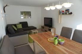 wohnzimmer mit sat tv und gemütliche essecke appart rosa