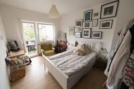schönes schlafzimmer mit bildwand und einem durchgang zum