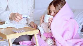 ein kleines mädchen schläft im bett das sie eine erkältung hat sie ist krank mutter wacht das baby auf und legt die temperatur
