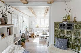 grüner kachelofen im wohnzimmer im bild kaufen