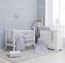 einfache weiße baby schlafzimmer mit kinderbett und teppich stockfoto und mehr bilder behaglich