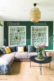 stilvolle und moderne einrichtung mit sofa farben kissen blumen und holzboden sonnige und helle wohnzimmer stockfoto und mehr bilder antiquität