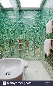 grüne fliesen im modernen badezimmer stockfotografie alamy