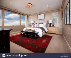 schlafzimmer mit roten teppich stockfotografie alamy