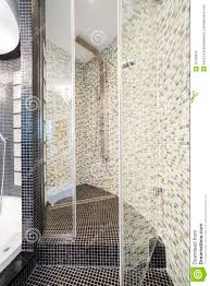 geräumiger duschraum in entworfenem badezimmer stockfoto