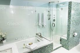 badewanne und duschkabine mit glasfliesen im modernen badezimmer stockfoto und mehr bilder architektur