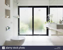 weißes sauberes modernes bad mit milchglas tür