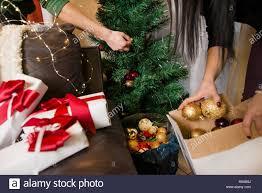 paar vorbereitung wohnzimmer für weihnachten abend feiern
