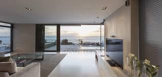 modernes luxus haus vitrine wohnzimmer mit meerblick tür