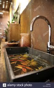 badezimmer waschbecken und edelstahl in bad mit corten stahl