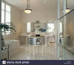 weißer spiegel und mosaik boden im 30er jahre stil weiße bad
