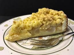 feiner apfel birnenkuchen mit quark joghurtcreme und mürben butter mandelstreuseln