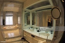 das mit marmor ausgestattete badezimmer der präsidenten
