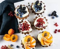 mandelkuchen mit weltmeisterlicher früchte dekoration