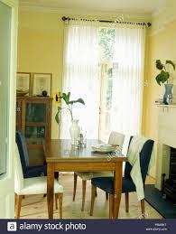 normales holz tisch und sesseln in gelb esszimmer mit