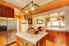küche und esszimmer unter mit braunen holzschränke edelstahl kühlschrank kichen insel und esstisch set