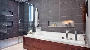 une salle de bains lumineuse et élégante chez soi