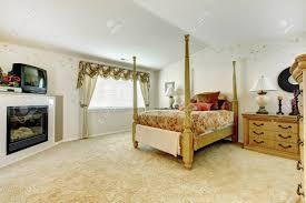 geräumiges schlafzimmer mit gewölbedecke zimmer hat kamin und antiken hoch pol bett