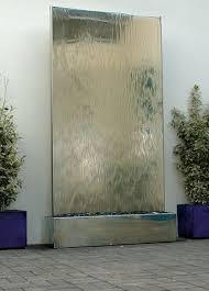 eine wasserwand als ideales indoor wasserspiel wasserfall
