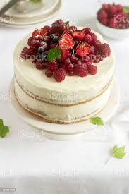 sommer home kekskuchen mit quarkcreme dekoriert mit frischen beeren erdbeeren himbeeren und johannisbeeren stockfoto und mehr bilder aufschäumen