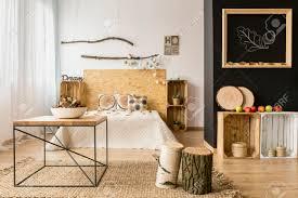 helle und geräumige schlafzimmer mit schwarzen und weißen wand und öko diy holzmöbel