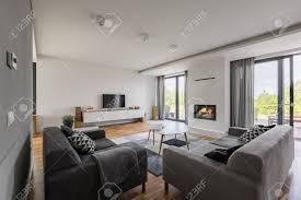 luxuriöses wohnzimmer mit kamin tv balkon und zwei sofas