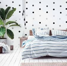 gepunktete wand im schlafzimmer schwarze punkte
