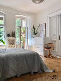 schlafzimmer bett schrank kommode holzboden
