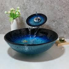 blaues badezimmer massivem glas waschbecken und wasserhahn