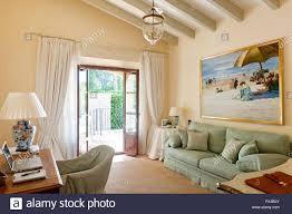 grüne sofa im landhausstil wohnzimmer stockfotografie alamy