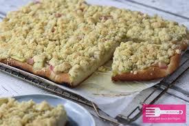 rhabarber kuchen mit hefeteig und streuseln sandras kochblog